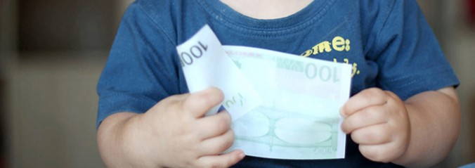 child holding €100 note